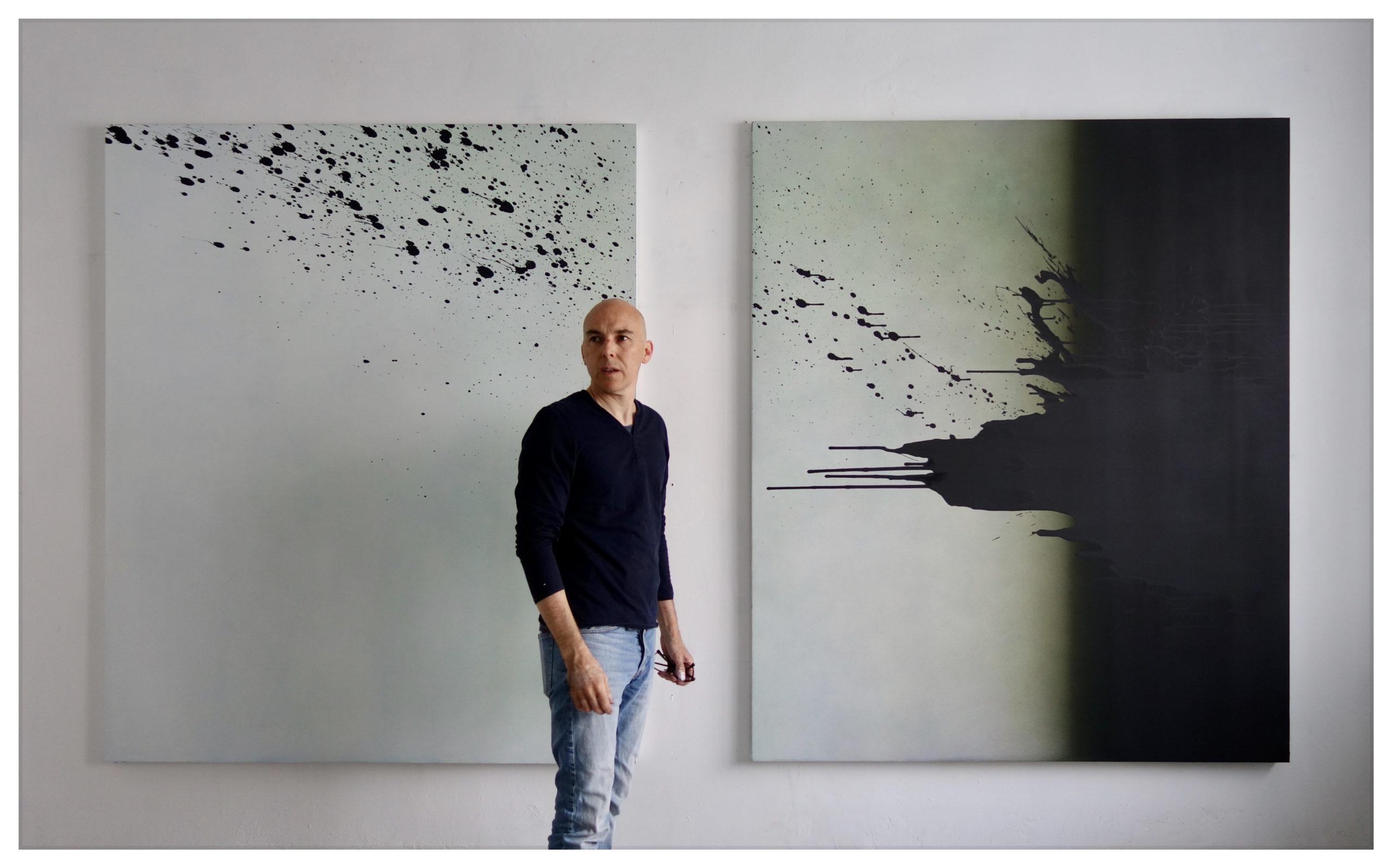 Portrait de Nicolas Delprat, devant Dynamique 3 acrylique sur toile 150 x 180 cm (x2) 2020 vue studio Bruxelles, courtesy Nicolas Delprat