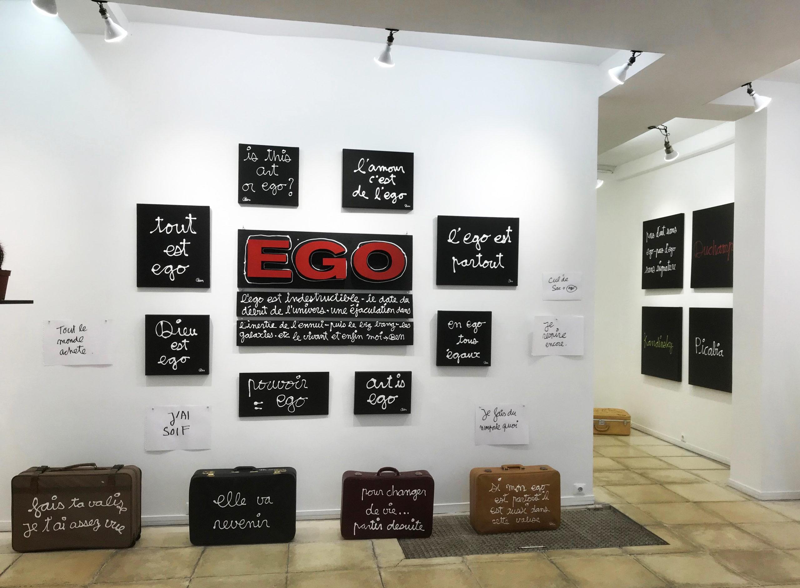 Ben, vue de l'exposition, 2021 ; Mur de l'Ego (2020/2021) ; au sol les valises (2013/2020).