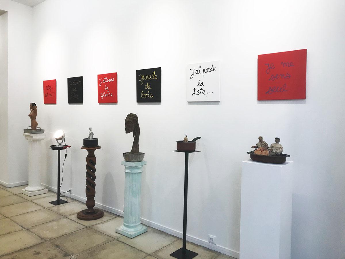 Ben, exposition 'La vie continue..', 2021 ; série des socles (2020), objets divers et acrylique sur toile.