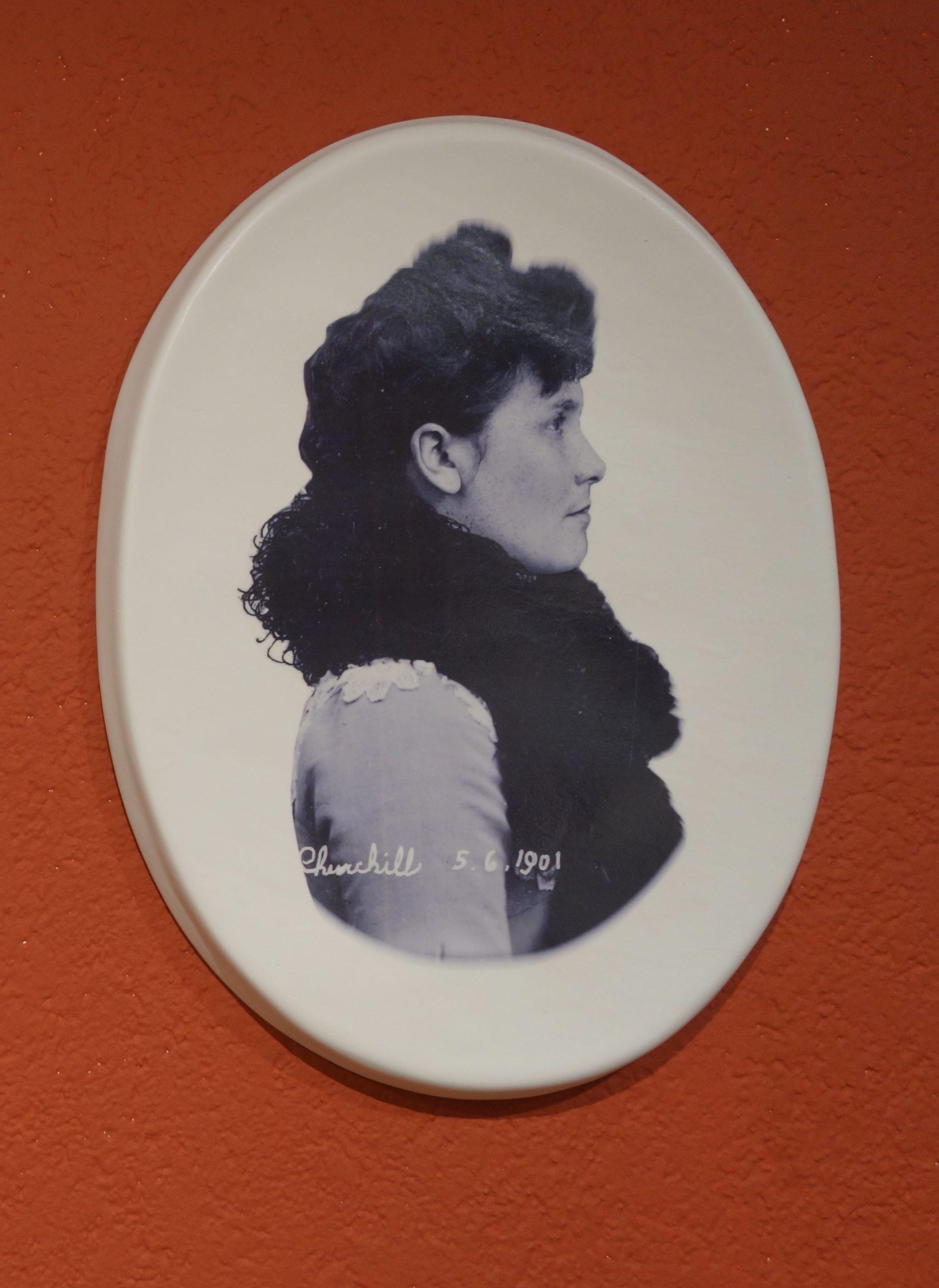 Rachel Labastie, de la série Les Eloignées Churchill – Face et Profil 2021 33 x 43 cm (x2) Porcelaine émaillée,Exhibition view MATRIOCHKAS, ANALIX FOREVER, mars 2021