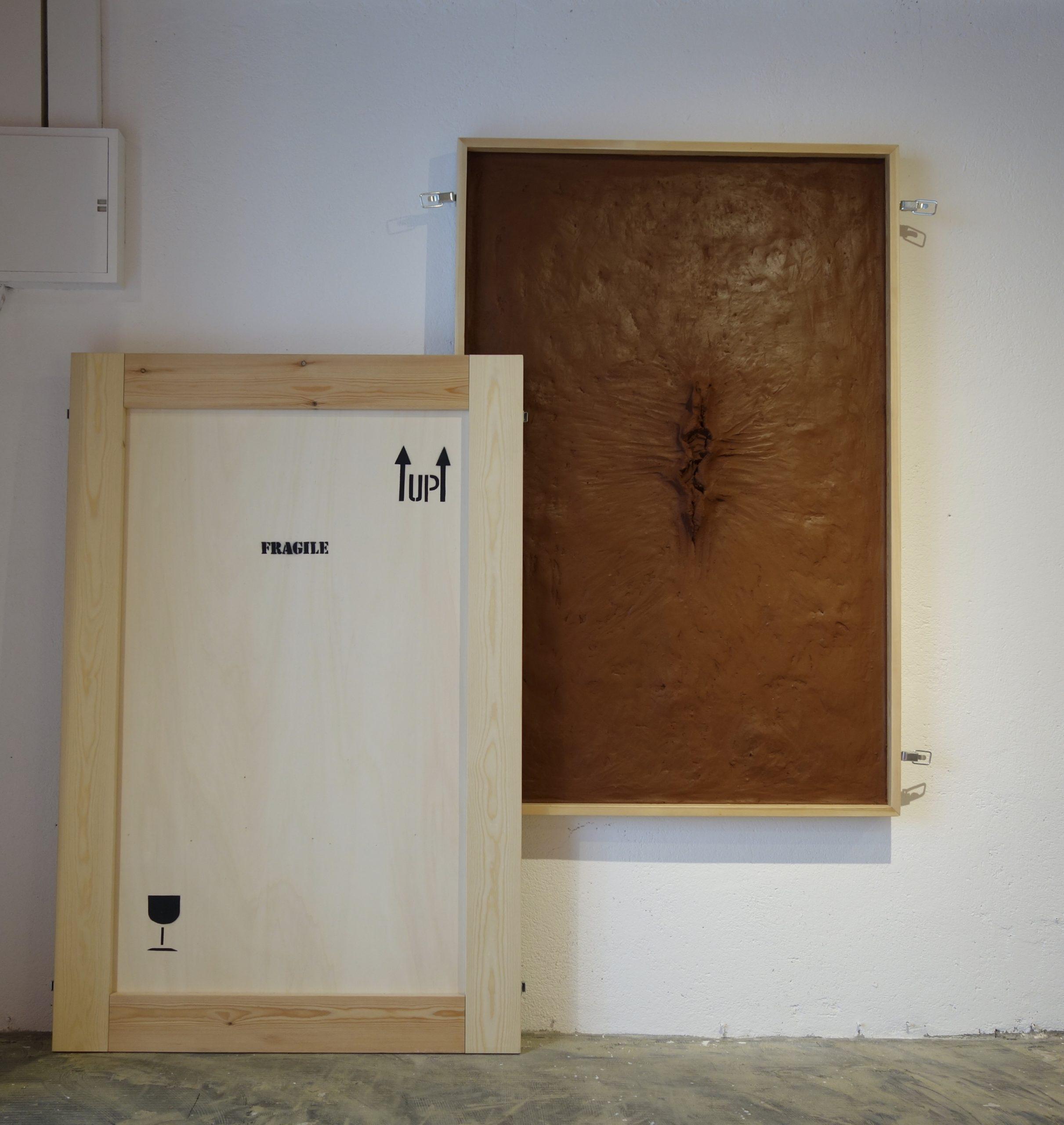 Rachel Labastie, SÉRIE TABLEAU CAISSE – LE CŒUR DU CORPS argile qui ne sèche pas et bois, H 148 x L 98 x P 11,5 cm © ADAGP Rachel Labastie. Courtesy de l'artiste. 2020