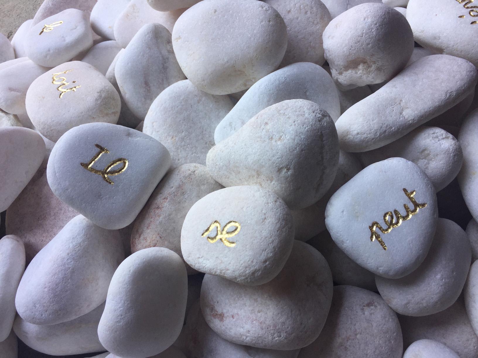 Laure Tixier, Il se peut qu'on s'évade en passant par le toit_2018_Tas de galets blancs dont 10 galets gravés et dorés à la feuille d'or-détail,Exhibition view MATRIOCHKAS, ANALIX FOREVER, mars 2021